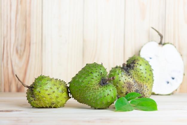 Corossol fruits sur table en bois Photo Premium