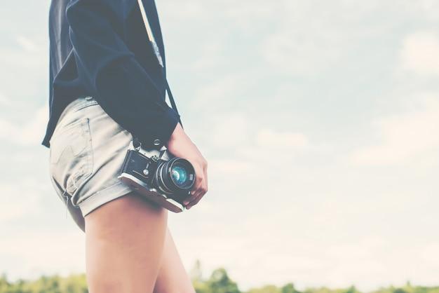 Corps d'une fille avec un réflexe de la caméra Photo gratuit