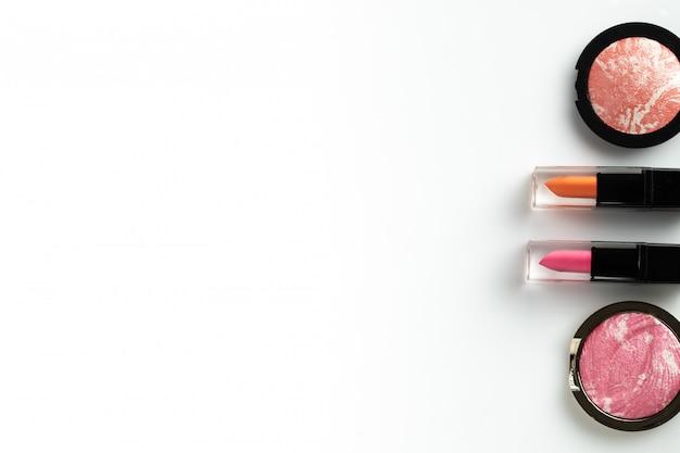 Cosmétique maquillage plat poser fond blanc fond surface texte beauté contenu graphique Photo Premium