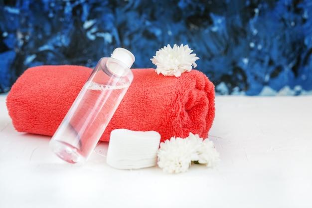 Cosmétique tonique et serviette. le concept de cosmétiques et de beauté. Photo Premium
