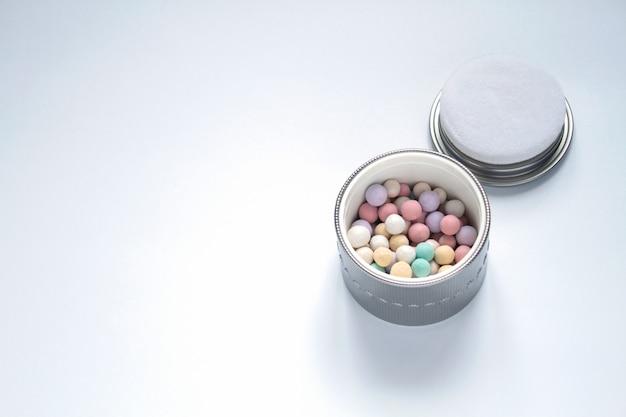 Cosmétiques et bijoux de perles sur fond blanc Photo Premium