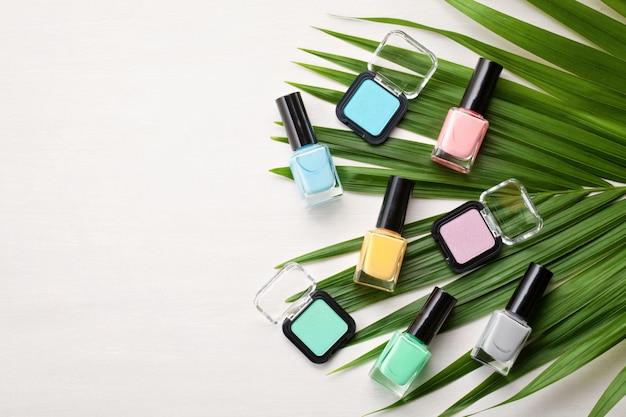 Cosmétiques couleurs pastel. concept de blogueur beauté Photo Premium