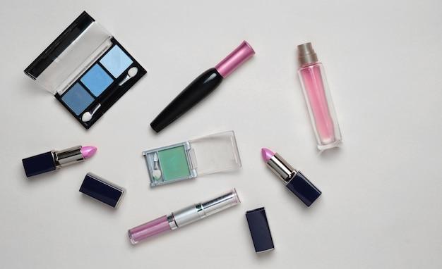 Cosmétiques Féminins Pour La Mise En Page De Maquillage Sur Un Pastel Photo Premium