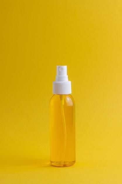 Cosmétiques sur jaune. minimalisme. soin de la peau. Photo Premium