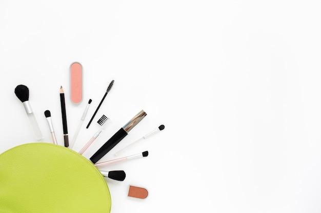 Cosmétiques De Maquillage Dans Un Sac Vert Clair Photo Premium