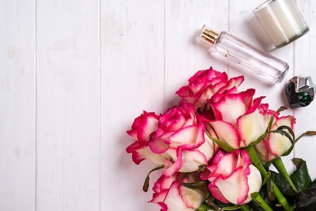 Cosmétiques pour femmes et articles de mode sur un fond en bois blanc avec espace de copie Photo Premium