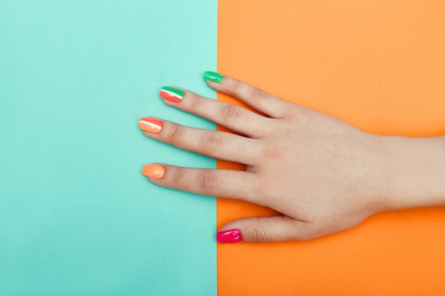 Cosmétiques Pour Les Mains, Coloration Et Soin Des Ongles, Produit De Soin Et De Manucure Professionnel. Main Couchée Sur Un Papier De Couleur Photo Premium