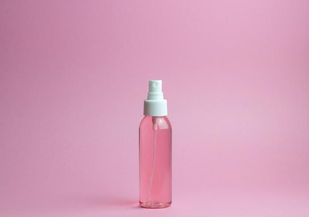 Cosmétiques sur rose. minimalisme. soin de la peau. Photo Premium