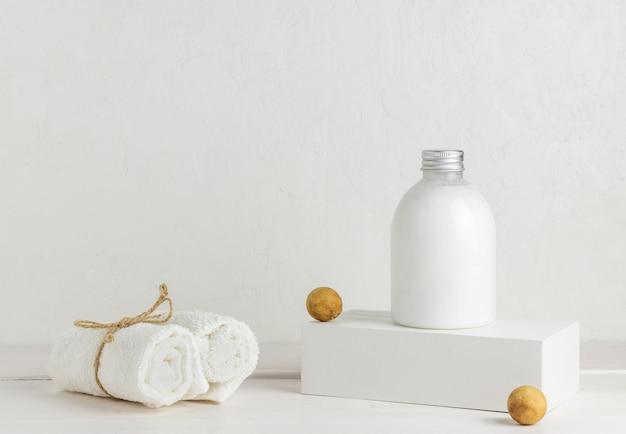 Cosmétiques Et Serviettes Sur Fond Blanc. Conception. Concept Minimal. Photo Premium