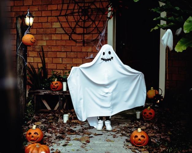Costume fantôme pour la fête d'halloween Photo gratuit
