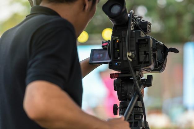 Le côté arrière du caméraman prend des photos sur scène Photo Premium