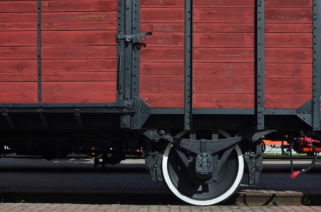 Le côté du vieux wagon de marchandises en bois brun avec la roue des temps de l'union soviétique Photo Premium