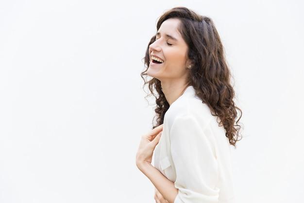 Côté De Femme Joyeuse Heureuse, Rire Avec Les Yeux Fermés Photo gratuit