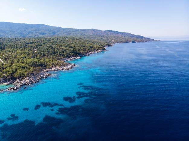 Côte De La Mer égée Avec De L'eau Transparente Bleue, Verdure Autour, Vue Depuis Le Drone, Grèce Photo gratuit