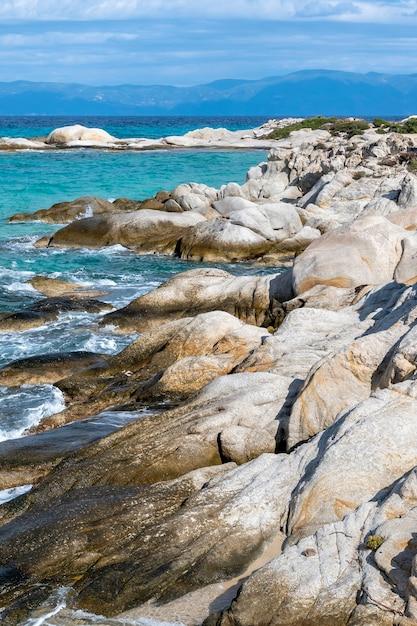 Côte De La Mer égée Avec Des Rochers, Des Buissons Et Des Terres, De L'eau Bleue Avec Des Vagues, Grèce Photo gratuit