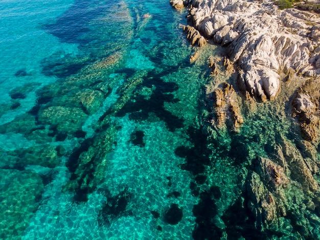 Côte De La Mer égée Avec Des Rochers Près Du Rivage Et Sous L'eau Bleue Transparente, Vue Depuis Le Drone, Grèce Photo gratuit