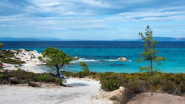 Côte De La Mer égée Avec Verdure Autour, Rochers Et Buissons, Eau Bleue Avec Des Vagues, Grèce Photo gratuit