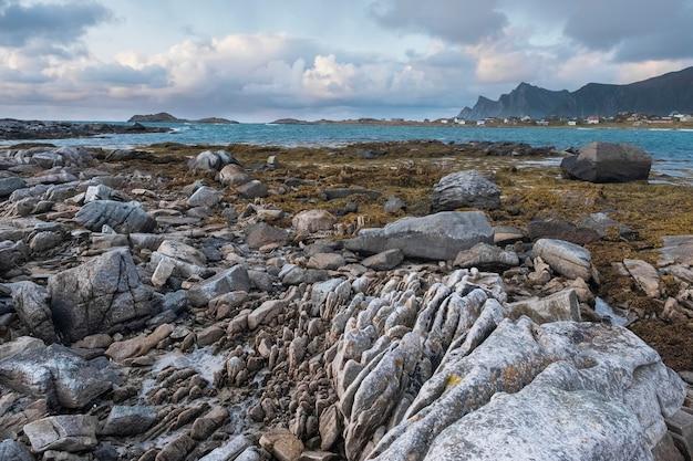 Côte De Pierre Du Nord, Mer En Norvège, îles Lofoten En Soirée D'automne. Photo Premium
