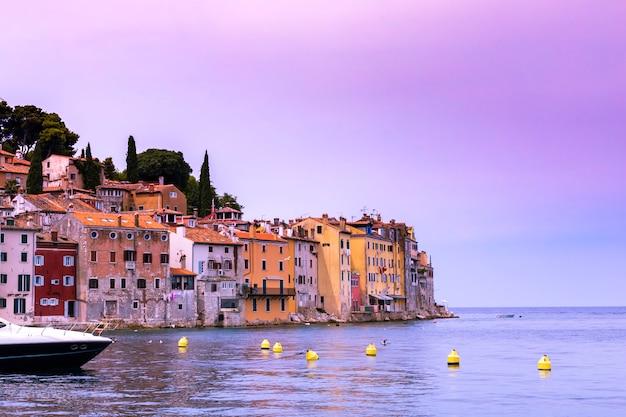 Côte de la vieille ville de rovinj avec ses maisons colorées au coucher du soleil, croatie Photo Premium