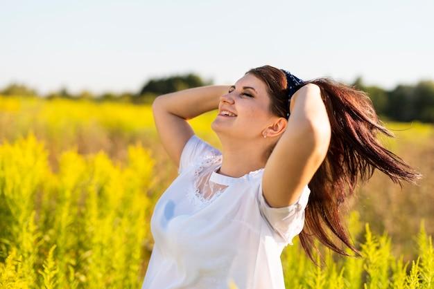 Côté, vue, femme, main, cheveux Photo gratuit