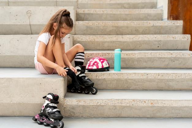 Côté, vue, fille, mettre, patins à roues alignées Photo gratuit