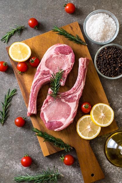 Côtelette de porc crue Photo Premium