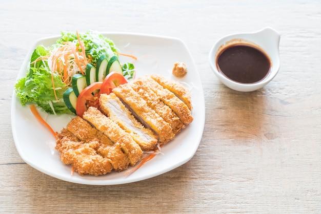 Côtelette de porc frit avec légumes Photo Premium