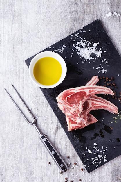 Côtelettes d'agneau crues Photo Premium