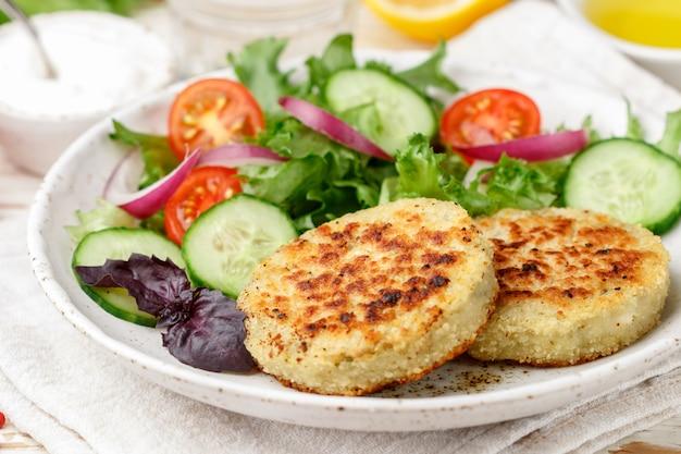 Côtelettes de légumes végétariens sains de chou, pommes de terre, courgettes, oignons et verts Photo Premium