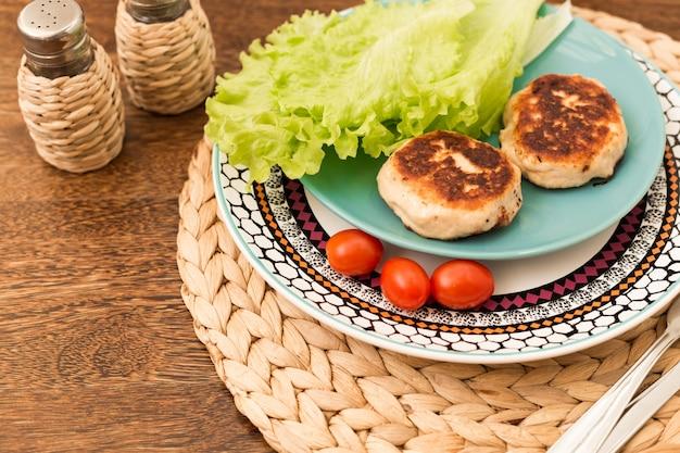 Côtelettes maison juteuses (boeuf, porc, poulet) sur un fond en bois. Photo Premium