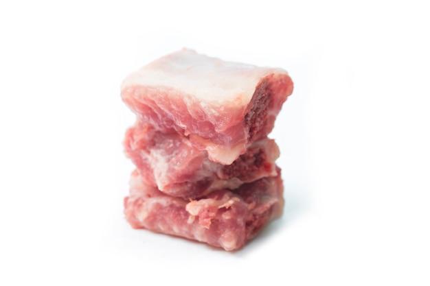 Côtelettes de porc coupées isolées sur blanc Photo gratuit