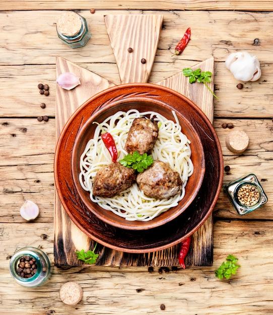 Côtelettes de viande et des pâtes Photo Premium