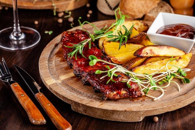 Côtes levées grillées avec pommes de terre. Photo Premium