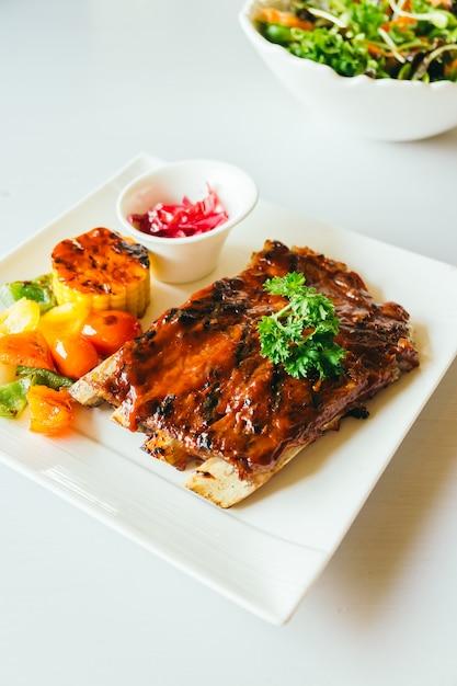 Côtes de porc grillées à la sauce barbecue Photo gratuit