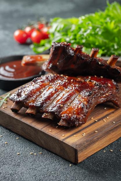 Côtes de porc grillées à la sauce barbecue. Photo Premium
