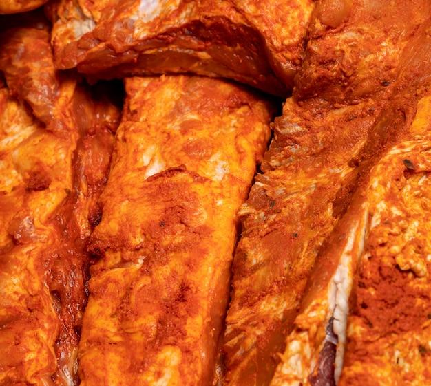Côtes de porc marinées (côtelettes entières), crues prêtes à cuire Photo Premium