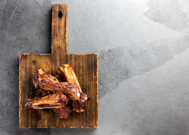 Côtes De Porc Sur Une Planche à Découper Photo Premium