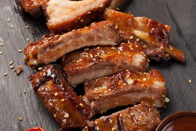 Côtes de porc à la sauce barbecue. Photo Premium