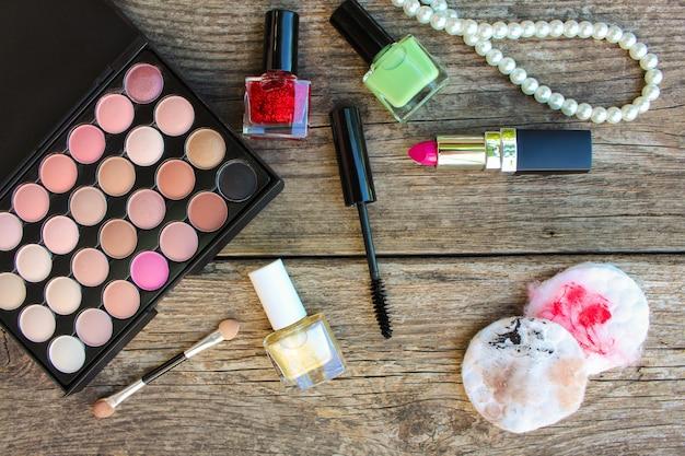 Des cotons-tiges pour nettoyer le visage avec des restes de maquillage. vue de dessus. Photo Premium