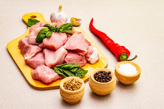 Cou De Porc Cru, Coupé En Morceaux Avec Des Légumes Frais Et Des épices Sèches Photo Premium