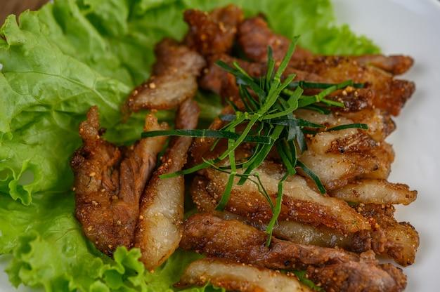 Cou De Porc Grillé Sur Une Plaque Blanche Sur Une Table En Bois. Photo gratuit