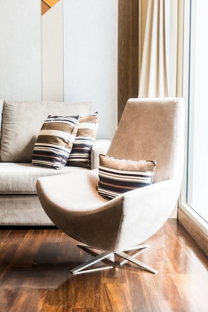 Couch Et Fauteuil Près D'une Fenêtre Photo gratuit