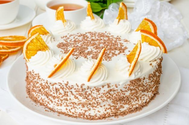 Couche De Génoise à La Crème D'orange Et Aux Miettes De Chocolat Photo Premium