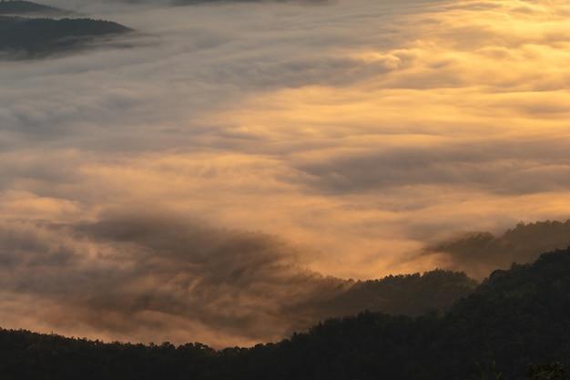 Couche de montagnes dans la brume au lever du soleil Photo Premium