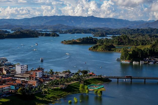 Coucher Du Soleil Sur Le Lac à Guatape Colombie Photo Premium