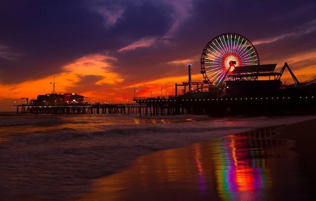 Coucher Du Soleil De Santa Monica En Californie Sur La Roue De Pier Ferrys Photo Premium