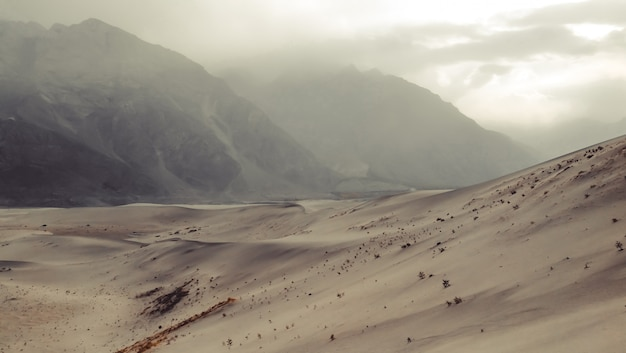 Coucher de soleil après la tempête de sable au dersert froid. skardu, gilgit baltistan, pakistan. Photo Premium