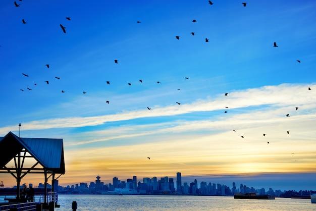 Coucher de soleil au-dessus de vancouver, canada Photo Premium