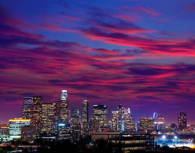 Coucher de soleil sur le centre-ville de los angeles au coucher du soleil, californie Photo Premium