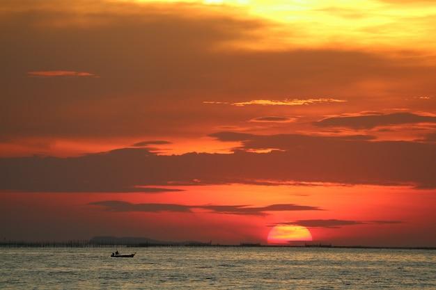 Coucher de soleil sur le ciel jaune rouge retour nuage soir sur mer horizon Photo Premium